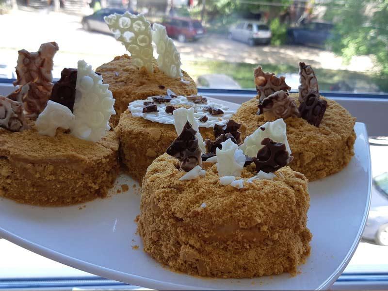 Пирожное Медовик с украшением из шоколада