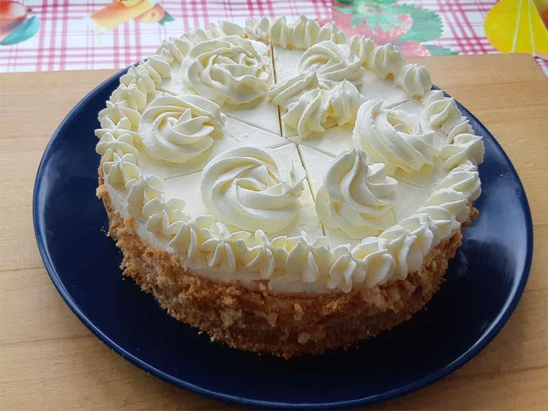 Торт с шифоновым бисквитом и конфи из клубники